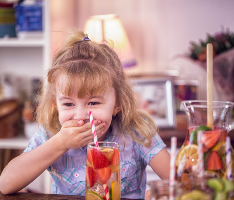 Meer water en minder limo: 5 tips hoe je kinderen beter water kunt leren drinken